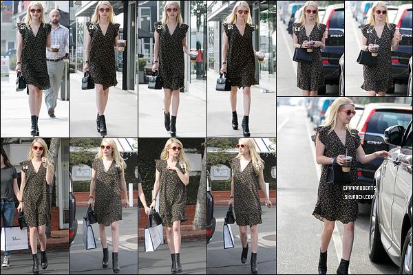 16/11/16 : Miss Emma a été aperçue faisant du shopping en compagnie d'une amie, dans West Hollywood. J'aime beaucoup la robe que porte Emma, elle lui va bien. Les chaussures également qui s'accordent bien. J'attribue donc un top ![/font=Arial]