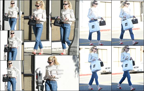 05/11/16 : Emma a été photographiée se baladant dans Los Angeles après s'être rendue au Joan's on Third. Dommage pour le choix des chaussures car l'ensemble de la tenue était très sympa. Elle fera mieux la prochaine fois, j'en suis sûre.[/font=Arial]