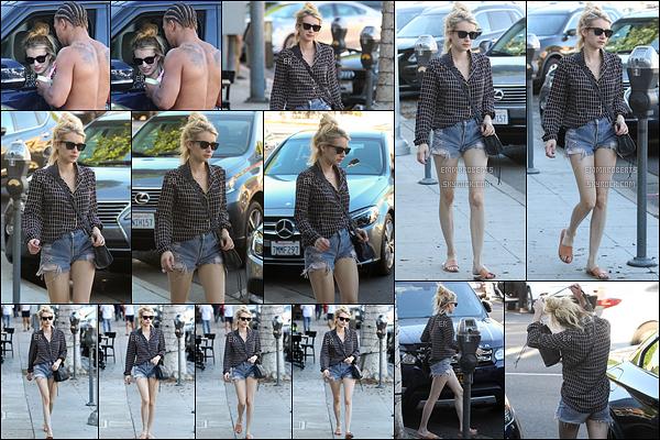 22/10/16 : Notre très chère Emma Rose Roberts a été repérée en pleine balade dans les rues de - Beverly Hills. Petite tenue légère pour Emma, qui au passage, lui va très bien. Dommage qu'elle ne sourit pas plus face aux paparazzis. Mais un top ![/font=Arial]