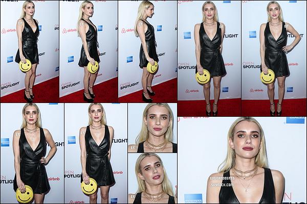 19/11/16 : Emma a posé pour les photographes sur le red-carpet du Airbnb Open Spotlight, à Los Angeles. L'actrice a opté pour une petite robe noire mais avec une pochette smiley, ce qui amène une touche d'excentricité dans la tenue.[/font=Arial]