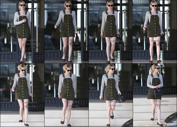 07/11/16 : Emma a été aperçue quittant un magasin de vêtements, sans n'avoir rien acheté, à Los Angeles. Ce jour-là, l'actrice a opté pour une petite salopette verte qui revient à la mode. C'est une jolie sortie, je lui attribue donc un joli top ![/font=Arial]