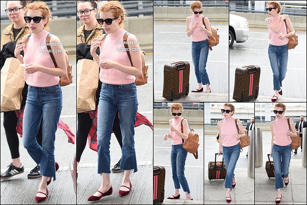 03/05/16 : La miss a été aperçue alors qu'elle arrivait à l'aéroport JFK de New York afin de rentrer chez elle. Fini le petit voyage dans la grosse pomme, il est temps de rentrer chez soi. J'aime bien la tenue qu'elle a choisi pour le vol. Top ![/font=Arial]