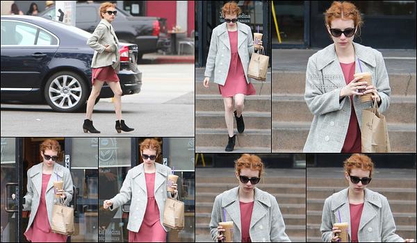 04/05/16 : Emma a été vue alors qu'elle se rendait et qu'elle quittait le Coffee Bean & Tea Leaf, à Los Angeles. A peine arrivée à Los Angeles, l'actrice a déjà besoin de sa dose de caféine. Concernant la tenue, je ne suis pas fan de l'association..[/font/=Arial]