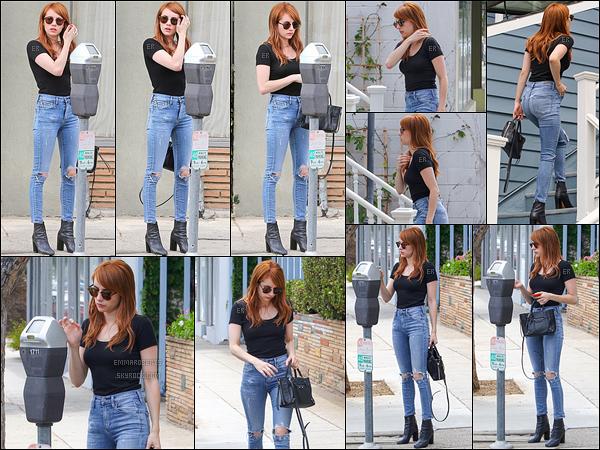 05/05/16 : Em a été photographiée par les paparazzis alors qu'elle se rendait chez une amie à Los Angeles. J'aime beaucoup la tenue qu'elle porte ce jour-là. Je trouve que la coupe du pantalon la met plus en avant que ceux de d'habitude ![/font=Arial]