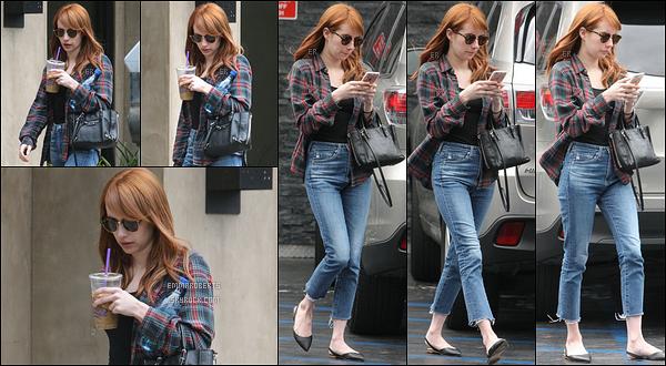 06/05/16 : La miss Roberts a été aperçue alors qu'elle se baladait tranquillement dans les rues de Los Angeles C'est avec une boisson en main qu'Emma profitait du beau temps.J'aime sa tenue, un top pour sa chemise mais un flop pour les shoes..[/font=Arial]