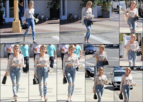 29/09/17 : Notre très chère Emma Rose Roberts a été repérée en pleine balade dans les rues de Los Angeles. Nouvelle sortie pour l'actrice et je la trouve encore une fois très sympa. J'adore le chemisier qu'elle porte, il est très joli. Beau top ![/font=Arial]