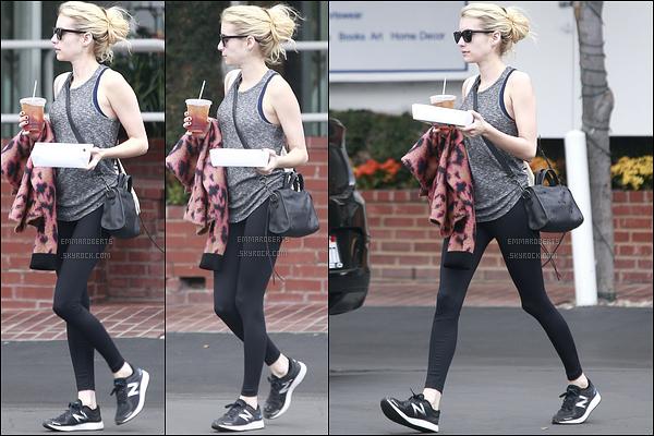 23/10/16 : Emma s'est rendue dans un restaurant afin de prendre son déjeuner à emporter, dans les rues de LA. Pour le coup, elle portait une tenue de sport donc je n'ai aucun avis là-dessus. Et vous, qu'en pensez-vous ? Un top ou bien un flop ?[/font=Arial]