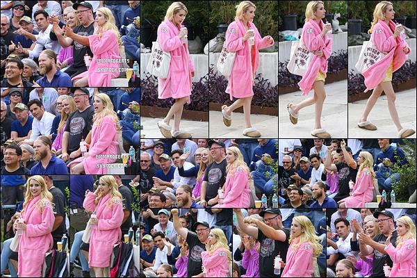 28/10/16 : Emma a été aperçue sur le tournage de sa prochaine série intitulée Scream Queens, à Los Angeles. Sur les photos, vous pouvez retrouver Jamie Lee Curtis et John Stamos qui jouent également dans la série. Sympa le peignoir d'Em ![/font=Arial]