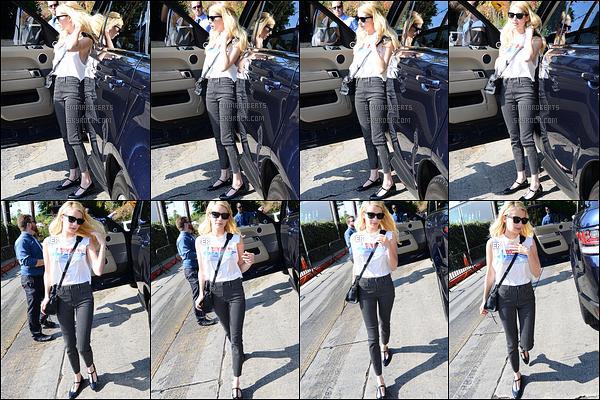 26/10/16 : Les paparazzis ont réussi à prendre Emma en photos lors de son arrivée au Chateau Marmont, à LA. Tenue basique pour notre actrice, mais qui lui va bien. Il n'y a rien de transcendant mais elle a déjà faire pire donc celle-ci fait l'affaire ![/font=Arial]
