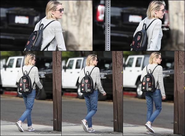 30/01/18 : Emma a été aperçue par les paparazzis alors qu'elle se promenait dans les rues de Los Angeles. Il n'y a pas beaucoup de photos pour cette sortie mais heureusement pour nous, il y en a assez pour voir sa tenue. Et j'aime bien ![/font=Arial]