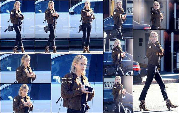 26/01/18 : Notre miss Roberts est allée s'acheter son éternel café glacé favori dans une rue de Beverly Hills. J'aime beaucoup la tenue qu'elle porte et plus particulièrement sa veste kaki. C'est un style qui lui va très bien ! Qu'en penses-tu ?[/font=Arial]