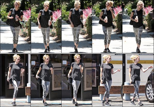 11/08/16 : Le matin, Emma R. a été aperçue quittant son cours de sport qui s'est tenu dans West Hollywood Elle s'est ensuite rendue au Coffee Bean afin d'acheter son café glacé. Eh oui, après l'effort le réconfort. Pas d'avis vu la tenue...[/font=Arial]