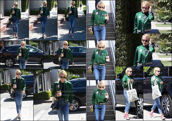 16/08/16 : Emma a d'abord été aperçue en pleine balade dans West Hollywood après avoir été acheter un café. Elle s'est ensuite rendue dans un salon de coiffure afin d'arranger un peu ses cheveux. J'aime sa tenue, c'est donc un top pour moi ![/font=Arial]