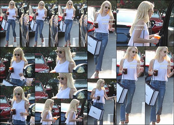 20/08/16 : Emma a été vue retournant à son véhicule après avoir été faire du shopping, dans West Hollywood. J'aime bien la tenue qu'Emma porte. Elle est simple mais les chaussures apportent une touche de gaïeté. C'est donc un top pour moi ![/font=Arial]