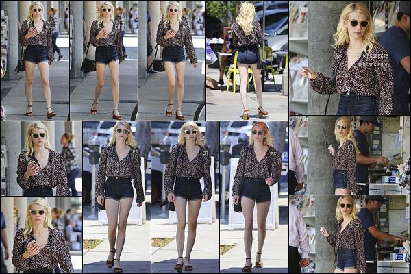 22/08/16 : Notre miss Roberts a été aperçue faisant quelques emplettes dans les rues de West Hollywood.  La mistinguette était de nouveau en train de faire du shopping. Au niveau de la tenue, je trouve l'ensemble assez joli. Un petit top ![/font=Arial]