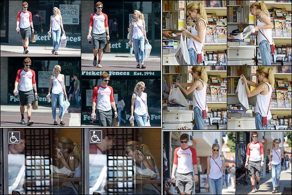 29/08/16 : Emma a été vue avec son chéri Evan Peters alors qu'ils allaient déjeuner au Sam's Bagels, à Los A. Une tenue assez simple et décontractée. Je ne suis pas fan de son pantalon, ni de ses chaussures... C'est un petit flop pour Emma ![/font=Arial]