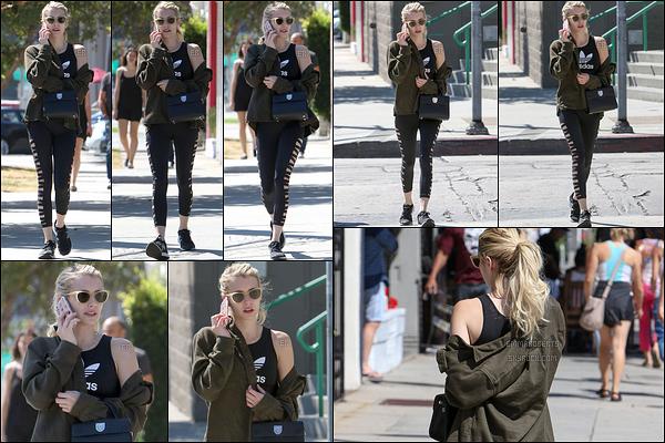 10/09/16 : Notre actrice, en pleine conversation téléphonique, se baladait dans les rues de West Hollywood. Elle a sûrement dû se rendre au sport juste avant vu la tenue qu'elle porte. Je n'ai pas d'avis là-dessus, néanmoins j'aime bien son gilet.[/font=Arial]