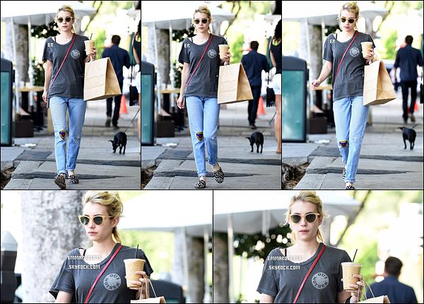 21/09/16 : Notre miss a été repérée alors qu'elle marchait dans les rues de Los Angeles, avec un café en mains. Emma n'avait pas vraiment travaillé sa tenue ce jour là, je n'aime pas vraiment se qu'elle porte, et encore moins les chaussures... Un bof ![/font=Arial]