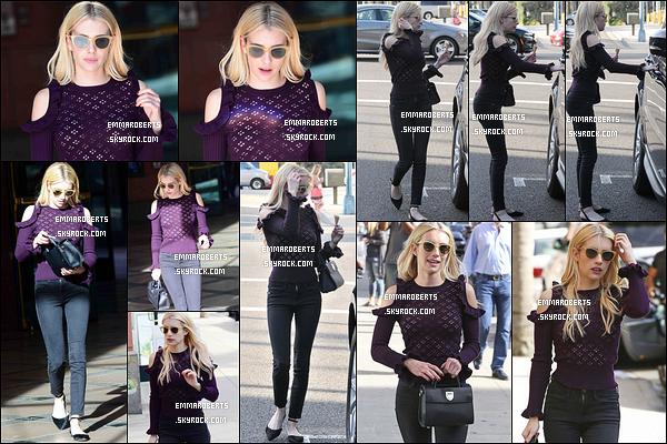 07/10/16 : C'est souriante qu'Emma a été aperçue alors qu'elle se promenait dans les rues de Beverly Hills. J'aime énormément la tenue qu'elle porte. Elle lui va extrêmement bien. C'est donc un top pour moi. Et vous, vous en pensez quoi ?[/font=Arial]