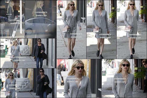 14/10/16 : Emma et sa mère ont été vues faisant du shopping et allant déjeuner dans les rues de Los Angeles. L'actrice portait une petite robe grise simple, mais qui lui allait bien. C'est un petit top que je lui accorde pour cette sortie. Et vous ?[/font=Arial]