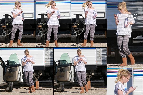 02/12/16 : Blondie a été aperçue entre deux scènes sur le set de sa série, Scream Queens, à Santa Clarita. Concernant les tenues, ce ne sont pas celles que nous verrons dans la série. Il n'y a pas grand chose à en dire. Qu'en pensez-vous ?[/font=Arial]