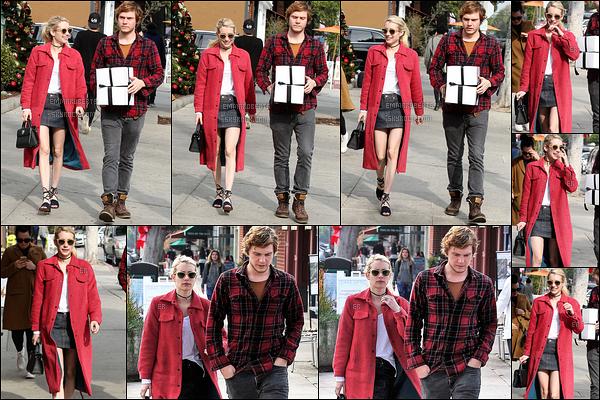 05/12/16 : Emma et son fiancé Evan ont été vus faisant leurs achats de Noël chez UPS, dans West Hollywood. Les amoureux s'y prennent donc très en avance, mais ils ont bien raison. Concernant la tenue, j'aime bien sans adorer. Un petit top ![/font=Arial]