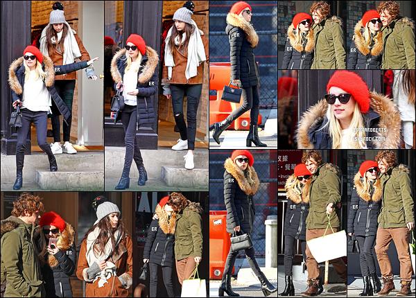 12/12/16 : Emma, sa maman, sa soeur & Evan, ont été photographiés faisant un peu de shopping dans NY. J'adore le manteau que porte Emma. Total look black avec ce petit bonnet rouge. Je suis fan, y'a pas d'autres mots. Top pour moi.. [/font=Arial]