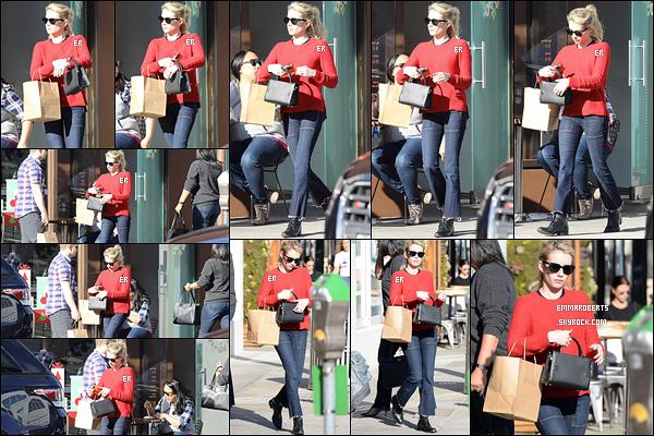 15/12/16 : Miss Roberts a fait un arrêt chez Sprinkless pour acheter de petits cupcakes, dans Beverly Hills. Petit pull rouge décontracte pour un mois de décembre. Il fait très beau à LA. Sinon la tenue c'est un bof pour ma part.. Et vous ?[/font=Arial]