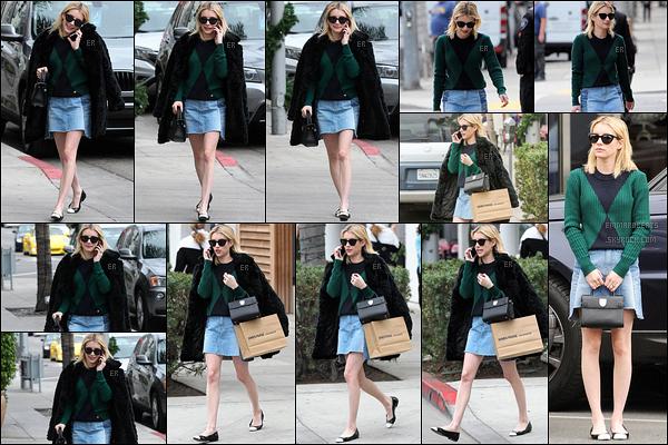 21/12/16 : Emma a été photographiée par les paparazzis alors qu'elle faisait du shopping dans Los Angeles. Côté tenue, j'adore complètement son pull. Cette tenue est super jolie. Apparemment, il fait bon à LA. Je donne un top à Emma. Et vous ?[/font=Arial]