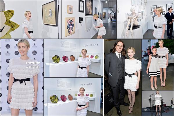 11/01/17 : Emma était présente au LA Art Show, pour l'Opening night en faveur de St-Judes, à Los Angeles. J'aime beaucoup la robe que porte Emma.Par contre, sa mise en beauté sur les yeux est juste horrible. Et vous, vous en pensez quoi ?[/font=Arial]