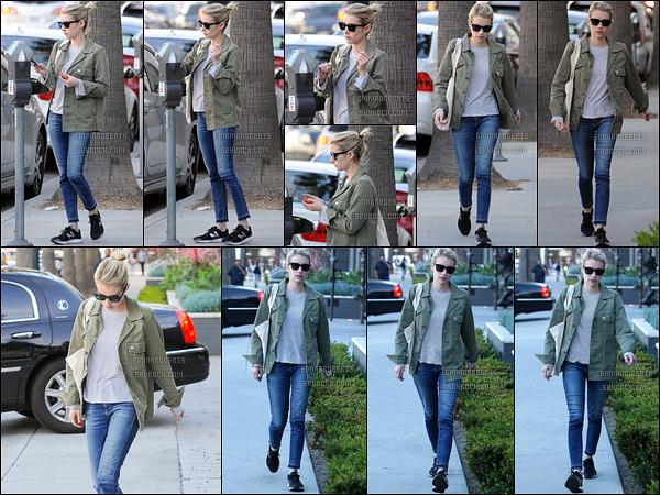 17/01/17 : La belle Emma a été photographiée alors qu'elle se promenait dans les rues de West Hollywood. J'aime beaucoup sa tenue, parfaite pour la saison. Cette petite veste verte kaki est très tendance, j'adore. Un beau top pour moi ![/font=Arial]