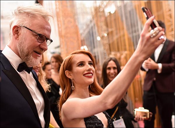 26/02/17 : Emma s'est rendue à la 89ème cérémonie des Academy Awards qui s'est déroulée à Hollywood. Côté tenue, j'aime beaucoup sa robe, qui lui va à merveille. Je lui donne un top ainsi que pour son make-up ! Vous en pensez quoi ?[/font=Arial]