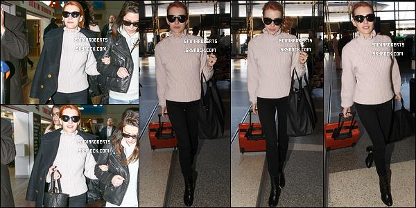 28/02/17 : Notre ravissante Emma a été photographiée avec une de ses amies, arrivant à l'aéroport LAX. Côté tenue, c'est assez simple, parfait pour un vol. On peut aussi voir qu'elle a pris du temps pour ses fans. Elle est au top ! Avis ?[/font=Arial]