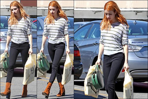 09/03/17 : Miss Emma, pas très souriante, est sortie faire un peu de shopping, dans les rues de Los Angeles. La tenue n'est pas vilaine en soi, mais je ne suis pas fan de sa paire de chaussures. C'est donc un petit top pour moi. Et pour vous ?[/font=Arial]