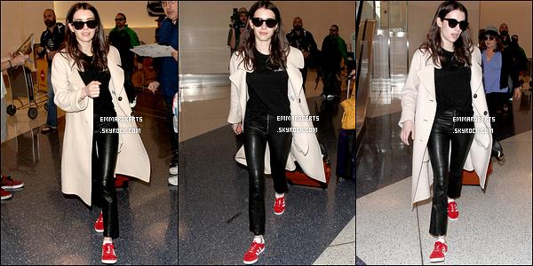 10/03/17 : Notre jolie Emma, valise en main, a été photographiée quittant l'aéroport LAX, dans Los Angeles. Côté tenue, c'est très simple mais assez joli. Ses basket donnent une petite touche de couleur que j'adore. Et vous, qu'en pensez-vous ?[/font=Arial]