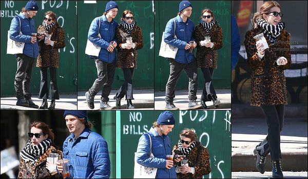 29/03/17 : Em et son fiancé, Evan, ont été aperçus se baladant en amoureux, dans les rues de New-York. Mais quelle horreur ! Emma s'habille vraiment mal en compagnie d'Evan... C'est donc un beau flop qu'elle nous fait là. Ressaisis-toi ![/font=Arial]