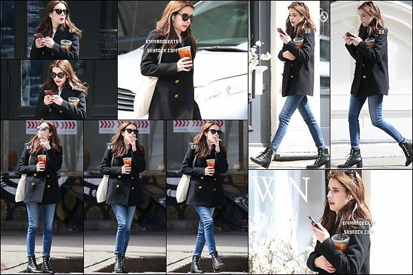 30/03/17 : C'est toute seule que notre Emma a été photographiée en pleine dans les rues de New York City. J'adore cette sortie d'Em ! Sa tenue est très jolie et ses cheveux le sont encore plus ! Un magnifique top pour Emma ! Et pour vous ?[/font=Arial]