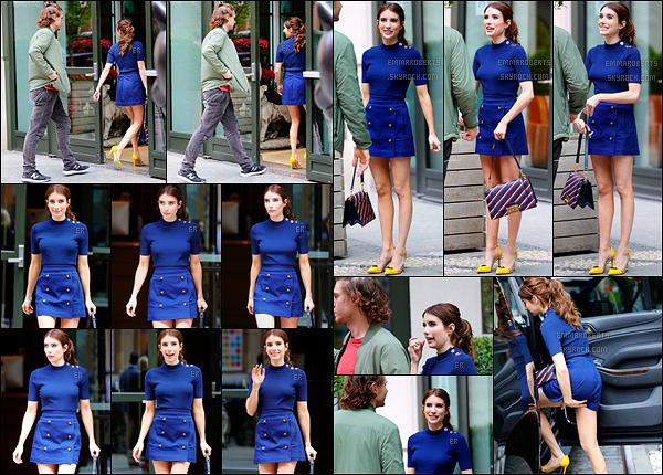 20/04/17 : La miss et son fiancé Evan ont été aperçus profitant l'un de l'autre devant leur hôtel, à New York. Je suis fan de la tenue que porte Emma ! C'est chic et coloré, parfait pour l'été. Petit coup de coeur pour son sac. Un top pour moi ![/font=Arial]
