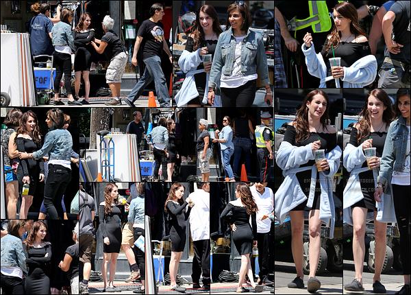 12/06/17 : L'actrice a à nouveau été aperçue sur le tournage de son prochain film, Little Italy, dans Toronto. Elle portait une jolie robe moulante noire qui lui va extrêmement bien. La chaleur monte à Toronto dis-donc. J'attribue donc un top ![/font=Arial]