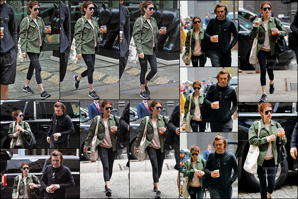 26/04/17 : Emma et Evan, boissons en mains, ont été aperçus en train de se promener dans les rues de NY. A en juger par les tenues qu'ils portent, ils ont dû aller faire du sport peu de temps avant. Je n'ai donc aucun avis à donner là-dessus.[/font=Arial]