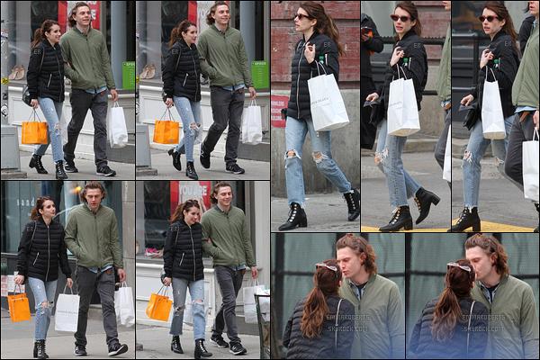 23/04/17 : Notre brunette et son fiancé adoré ont été aperçus faisant un peu de shopping dans Soho. (NY) Tenue basique pour l'actrice, mais idéale pour une séance shopping. On remarque aussi qu'Evan est toujours peu démonstratif.[/font=Arial]