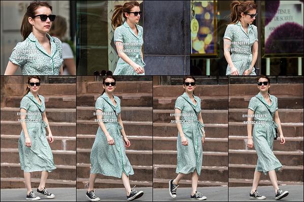29/04/17 : La miss Roberts a été photographiée par les paparazzis alors qu'elle se promenait dans New York. Concernant la tenue, la robe n'est pas moche mais les chaussures ne vont absolument pas avec. C'es un petit bof pour notre brunette.[/font=Arial]