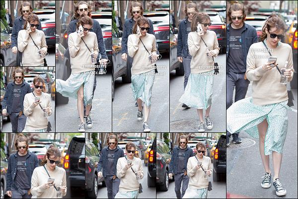 29/04/17 : L'actrice a ensuite été aperçue en pleine balade avec Evan, toujours dans les rues de New York. La miss devait avoir froid comme elle a rajouté un pull. Malheureusement, mon avis concernant la tenue ne change pas... Et vous ?[/font=Arial]