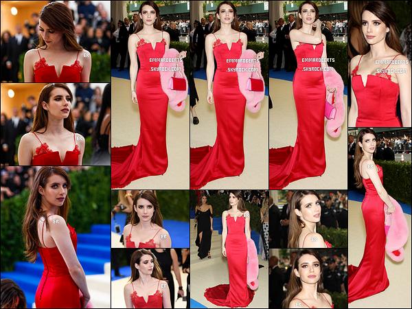 01/05/17 : Emma a posé sur le red-carpet du Met Gala qui s'est déroulé au Metropolitan Museum of Art à NY. L'actrice portait une robe signée Diane von Furstenberg. Je ne sais pas vous, mais moi je la trouve resplendissante. Un énorme top ![/font=Arial]