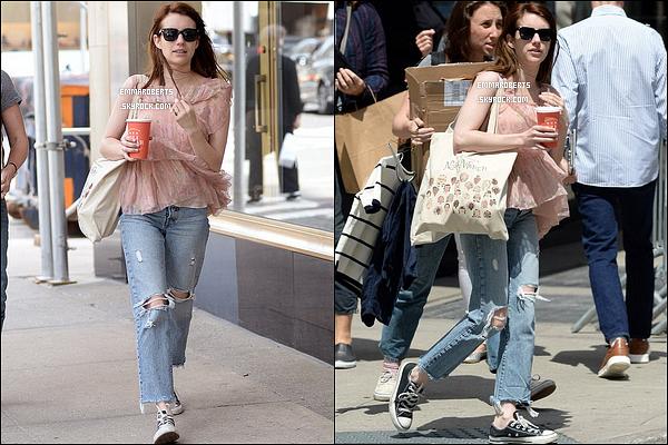 02/05/17 : Miss Roberts a été aperçue avec une amie alors qu'elle se promenait dans les rues de New York. Concernant la tenue, j'aime beaucoup l'ensemble et plus particulièrement son haut. Mais mauvais choix niveau chaussures... Un bof ![/font=Arial]