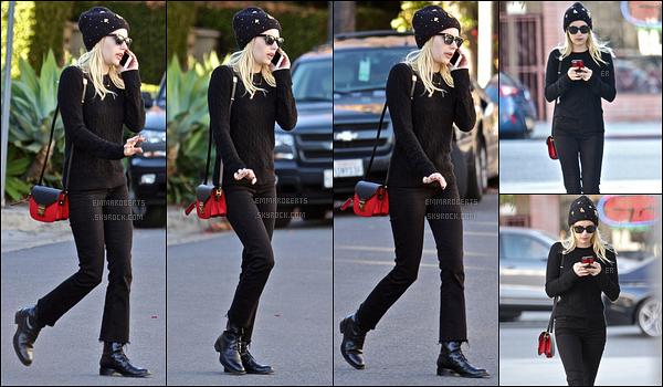 17/12/16 : Emma, scotchée à son téléphone, a été repérée en pleine balade, dans les rues de Los Angeles. Pour cette sortie, Em a opté pour une tenue entièrement composée de noire, accompagnée d'un bonnet. Un top pour ma part. Vous ?[/font=Arial]