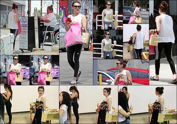 15/07/17 : Notre jolie Em' Roberts a été aperçue alors qu'elle se promenait dans les rues de West Hollywood. Elle en a profité pour faire les magasins et acheter sa boisson glacée. Pour la tenue, c'est une de sport donc il n'y a rien à en dire.[/font=Arial]
