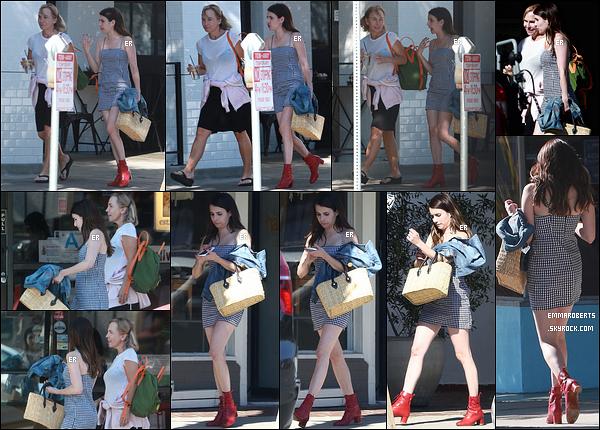28/07/17 : Emma et une de ses amies se baladaient après avoir déjeuné au Joan's on Third, dans Los Angeles. Emma se fait très discrète en ce moment. De nombreuses rumeurs circulent sur son retour dans la saison 7 d'American Horror Story.[/font=Arial]