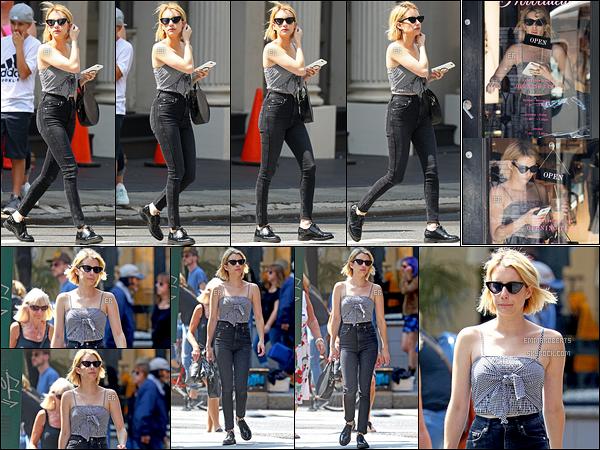 11/09/17 : La miss Emma a été aperçue par les paparazzis alors qu'elle se baladait dans la ville de New York. Elle s'est arrêtée dans un Starbucks pour son café glacé et dans une boutique de lingerie. J'adore sa tenue, elle est superbe. Top![/font=Arial]