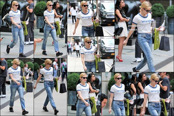 13/09/17 : Notre belle blondinette a à nouveau été aperçue alors qu'elle quittait son hôtel, dans New York. Pour le coup, je ne suis pas fan de sa tenue. Que ça soit la coupe du pantalon ou même les chaussures. C'est un bof pour moi ![/font=Arial]